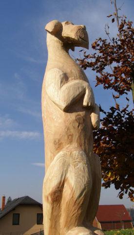 Dřevěná socha psa